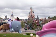 Castillo en el parque París de Disneyland imagenes de archivo