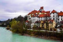 Castillo en el río en Europa Fotografía de archivo