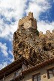 Castillo en la cima del acantilado fotos de archivo