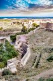 Castillo en la montaña y las armas medievales del cerco fotos de archivo