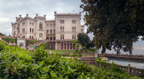 Castillo en la puesta del sol, Trieste, Italia - panorama de Miramare imagenes de archivo