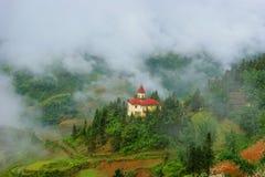 Castillo en las montañas Imágenes de archivo libres de regalías