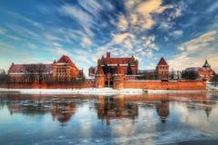Castillo en Malbork con la reflexión del invierno Foto de archivo libre de regalías