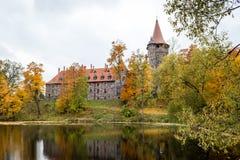 Castillo en otoño, Letonia de Cesvaine fotografía de archivo