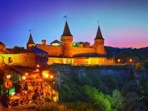 Castillo en una noche del claro de luna imagenes de archivo