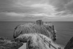 Castillo Escocia de Dunnottar en blanco y negro foto de archivo