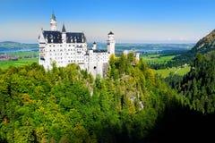 Castillo famoso de Neuschwanstein, palacio Románico del siglo XIX del renacimiento en una colina rugosa sobre el pueblo de Hohens fotos de archivo libres de regalías
