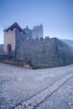 Castillo francés Beynac en la niebla de la madrugada Fotografía de archivo