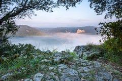 Castillo francés Castlenaud sobre la niebla de la madrugada Imagen de archivo libre de regalías