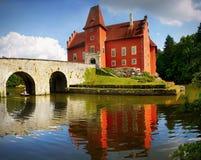 Castillo francés Cervena Lhota en el lago imagenes de archivo