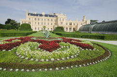 Castillo francés de Lednice con el jardín francés del estilo Foto de archivo