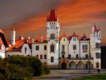 Castillo francés Zinkovy, puesta del sol, apartamentos del hotel fotografía de archivo