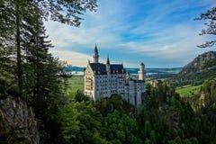 Castillo hermoso de Neuschwanstein y un cielo muy azul Imagen de archivo libre de regalías