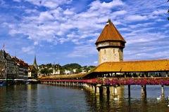 Castillo hermoso del paisaje y el río. Fotografía de archivo
