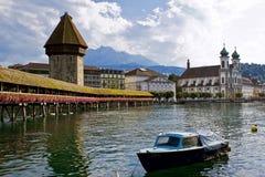 Castillo hermoso del paisaje y el río. Foto de archivo libre de regalías