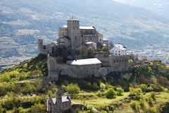 Castillo hermoso en Sion, Suiza fotografía de archivo