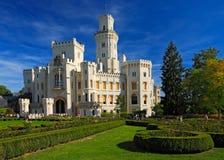 Castillo hermoso Hluboka i del renacimiento la República Checa, con el jardín agradable y el cielo azul Imágenes de archivo libres de regalías