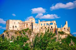 Castillo histórico Beckov en altas rocas imagenes de archivo