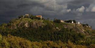 Castillo histórico de 'Castelo de Lanhoso 'en Povoa de Lanhoso imágenes de archivo libres de regalías