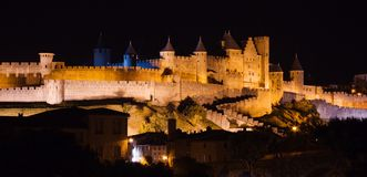Castillo iluminado de Carcasona en la noche Imágenes de archivo libres de regalías