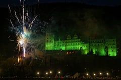 Castillo iluminado de Heidelberg con los fuegos artificiales fotografía de archivo