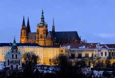 Castillo iluminado de Praga por la tarde del invierno Fotografía de archivo libre de regalías