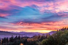Castillo imponente por el lago en la puesta del sol en otoño Fotos de archivo libres de regalías