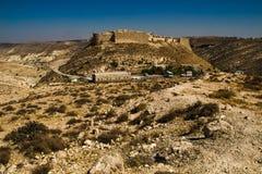 Castillo impresionante antiguo del paisaje en la montaña Fortaleza del cruzado de Shobak Paredes del castillo concepto del recorr Foto de archivo
