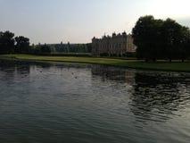 Castillo inglés con fluir del río Foto de archivo libre de regalías