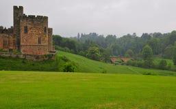 Castillo inglés y un puente del león. imagenes de archivo