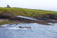 Castillo irlandés en los acantilados Foto de archivo libre de regalías