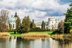 Castillo magnífico cerca del lago en el parque en Polonia, Europa Imagen de archivo