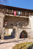 Castillo medieval con la estatua y los banderines Imagen de archivo