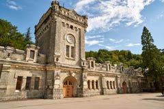 Castillo medieval con la torre de reloj Fotografía de archivo libre de regalías