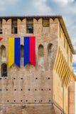 Castillo medieval con las banderas Fotografía de archivo