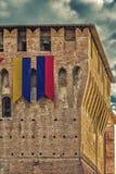 Castillo medieval con las banderas Foto de archivo libre de regalías