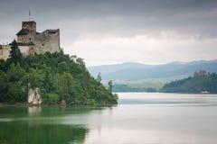 Castillo medieval de Niedzica en el lago Czorsztyn Imágenes de archivo libres de regalías