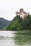 Castillo medieval de Niedzica en el lago Czorsztyn Fotos de archivo libres de regalías