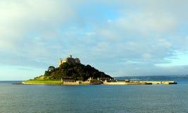 Castillo medieval del St Michaels Mount en la isla Cornualles Inglaterra imagen de archivo