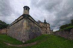 Castillo medieval en el día de verano nublado, varios minutos de Pidhirtsi antes de la lluvia Pueblo Pidhirtsi, región de Lviv, U Fotos de archivo