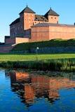 Castillo medieval en Finlandia meridional que refleja en el agua Foto de archivo libre de regalías