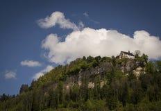 Castillo medieval en una montaña Fotos de archivo