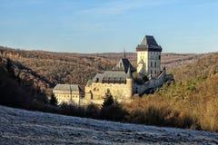 Castillo medieval grande Karlstejn en el bosque Fotos de archivo libres de regalías
