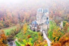 Castillo medieval pintoresco de Eltz del Burg en el alemán del valle del Rin imagenes de archivo