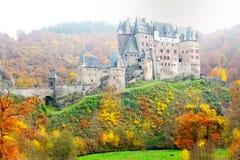 Castillo medieval pintoresco de Eltz del Burg en el alemán del valle del Rin foto de archivo libre de regalías