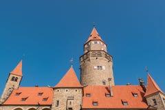 Castillo medieval romántico 'Bouzov ', República Checa y un fondo del cielo azul foto de archivo