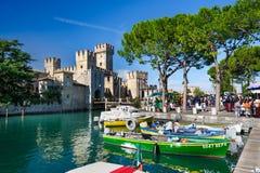 Castillo medieval Scaliger en la ciudad vieja Sirmione en el lago Lago di Garda, Italia septentrional Fotografía de archivo libre de regalías