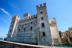 Castillo medieval Scaliger en la ciudad vieja Sirmione en el lago Lago di Garda, Italia septentrional imagenes de archivo
