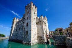 Castillo medieval Scaliger en la ciudad vieja Sirmione en el lago Lago di Garda, Italia septentrional Foto de archivo