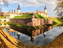 Castillo medieval viejo, antiguo con spiers y torres, paredes de la piedra y ladrillo rodeado por una fosa protectora con agua fotografía de archivo libre de regalías